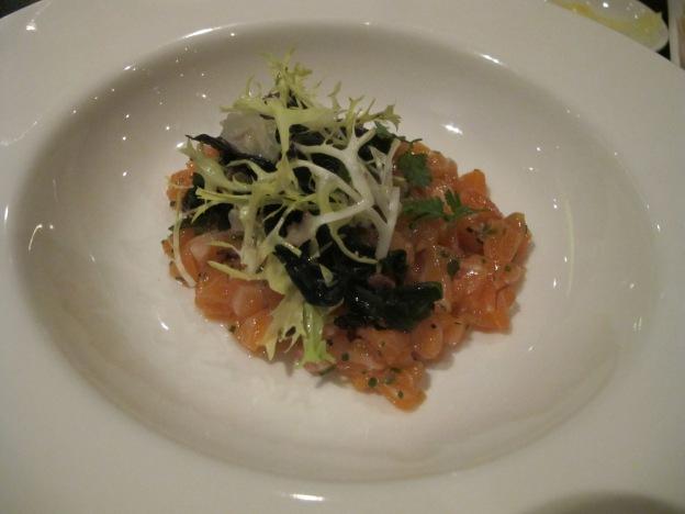 Salmon tartar, kaiso salad & ponzu dressing