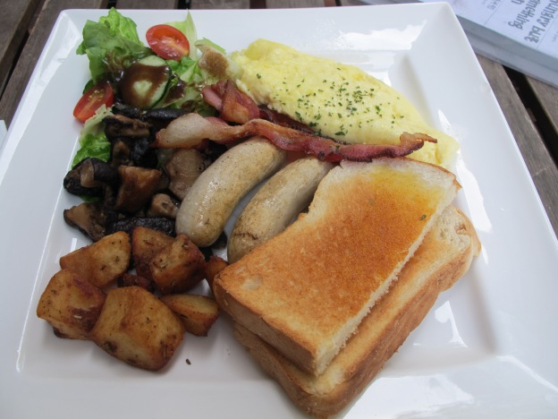Big Breakfast: Toast, Potato, Chicken Sausage, Omelette, bacon, mushrooms and salad