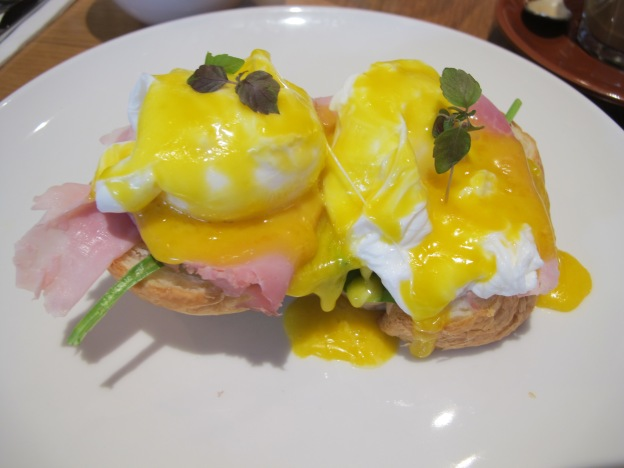 EGG BENEDICT: POACHED EGGS ON TOASTED BRIOCHE WITH WILTED SPINACH, COOKED HAM & HOLLANDAISE
